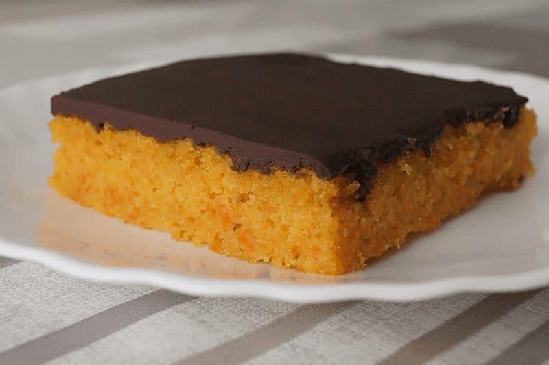 Pastel de zanahoria con cobertura de chocolate negro