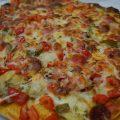 pizza con chorizo, alcachofas y pimiento