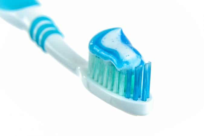 quitar manchas utilizando pasta de dientes