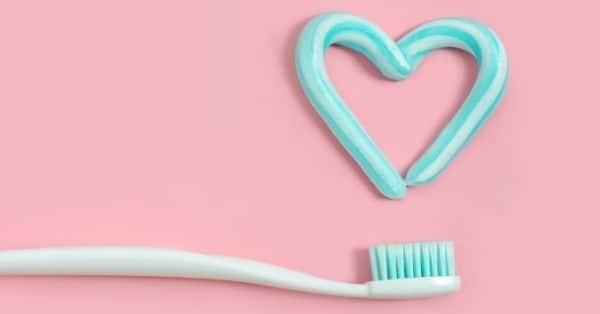 limpiar converse blancas con pasta de dientes